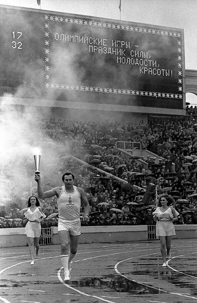 Белорусский спортсмен, многократный чемпион мира и трехкратный олимпийский чемпион Александр Медведь несет олимпийский огонь. Фото: http://ay.by
