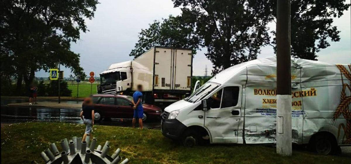 Появилось видео столкновения фуры и микроавтобуса в Северном микрорайоне