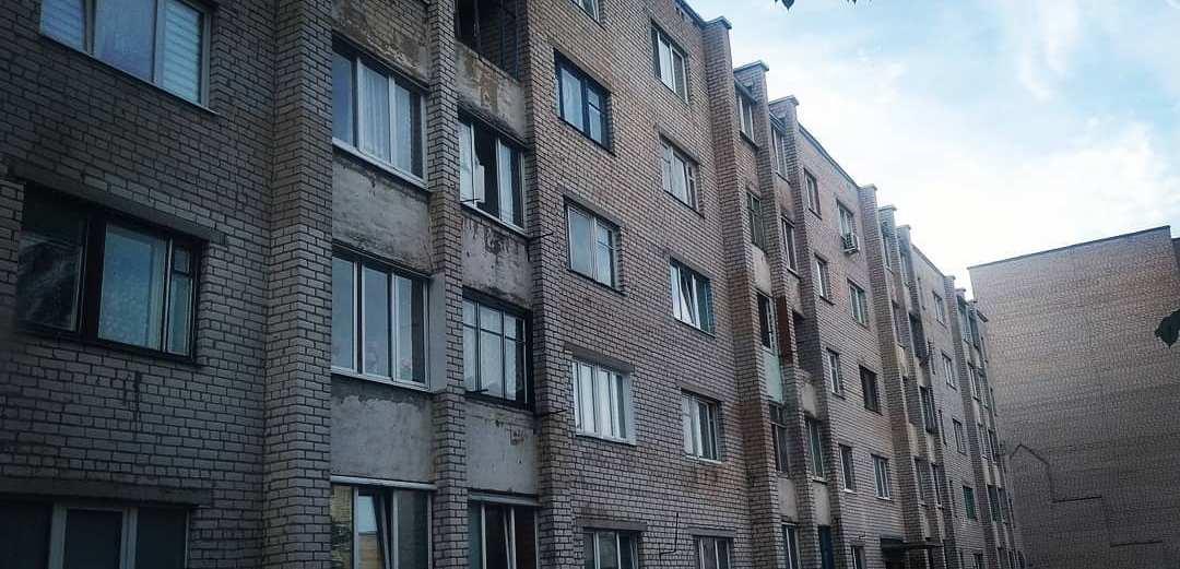 Молодой мужчина выпал с третьего этажа в Барановичах. Он пролежал на земле полчаса, пока его заметили прохожие