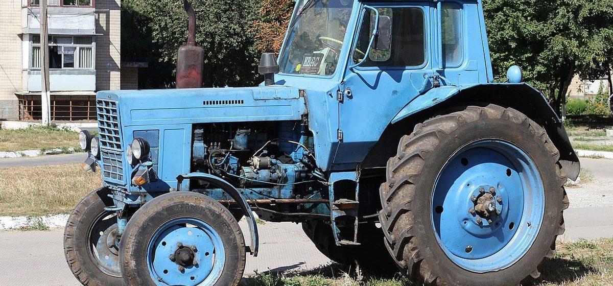 Мужчина угнал трактор в Минске, врезался в забор и уснул на месте ДТП