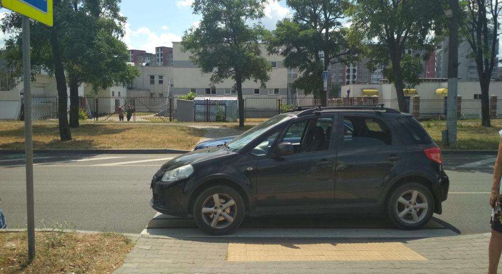 Легковушка на пешеходном переходе сбила бабушку с трехлетним внуком в Бресте
