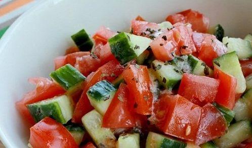 Медики рассказали, чем опасен популярный салат из огурцов и помидоров