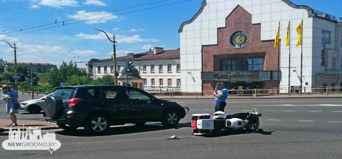 Сотрудник ГАИ на мотоцикле попал в ДТП в Гродно (видео)