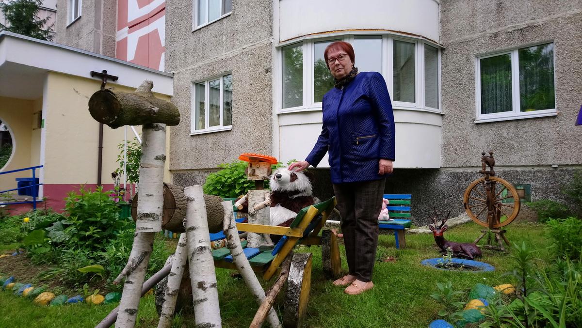 Для украшения двора Зоя Гришута использует старые игрушки и деревянные фигуры, сделанные жильцами дома. Фото: Людмила СТЕЦКО