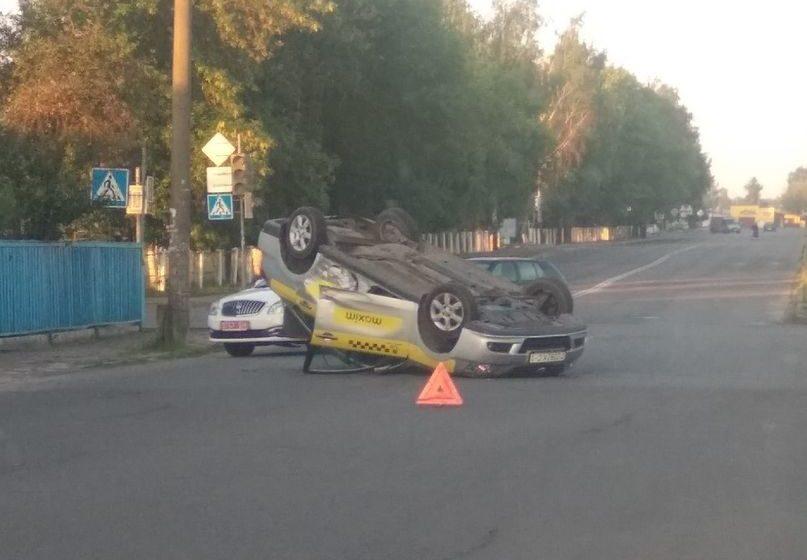 Автомобиль такси перевернулся в Барановичах. Фотофакт
