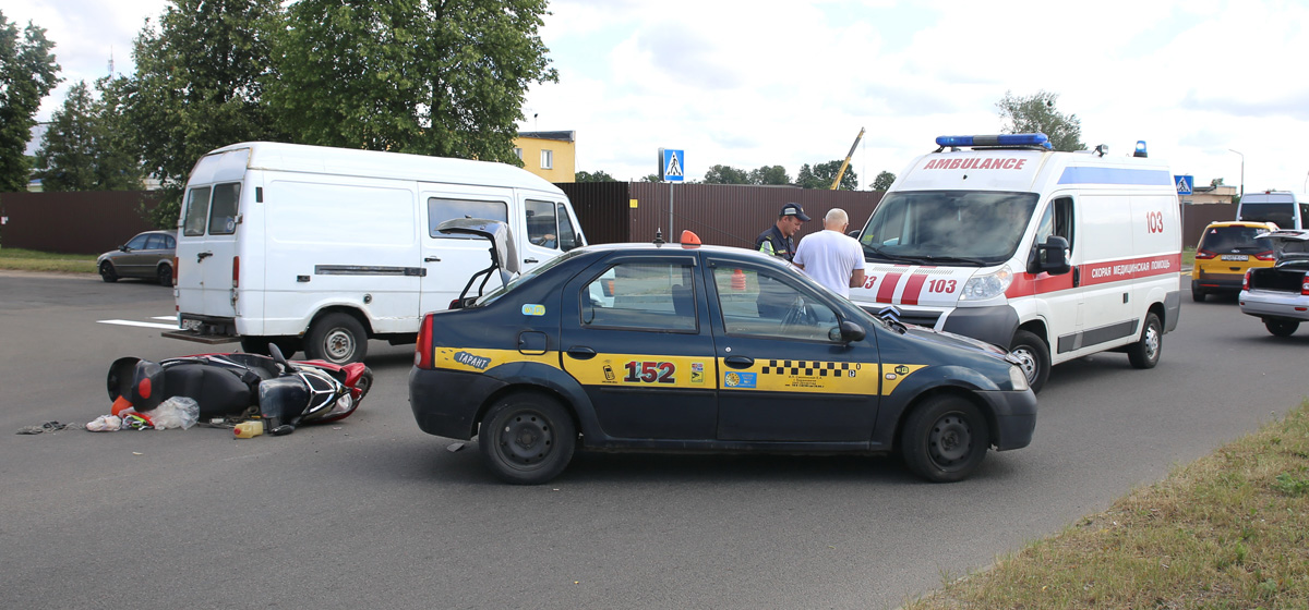 В Барановичах автомобиль такси сбил скутериста