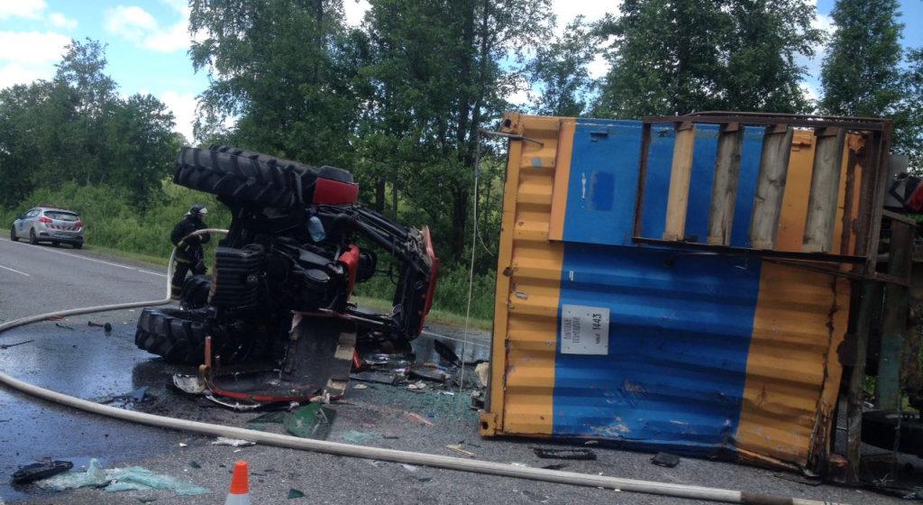 Водитель Mercedes уснул за рулем и протаранил трактор в Петриковском районе, пострадали два человека