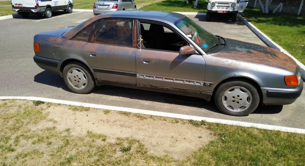В Барановичах подростки пробрались в чужой гараж, отремонтировали автомобиль и угнали его