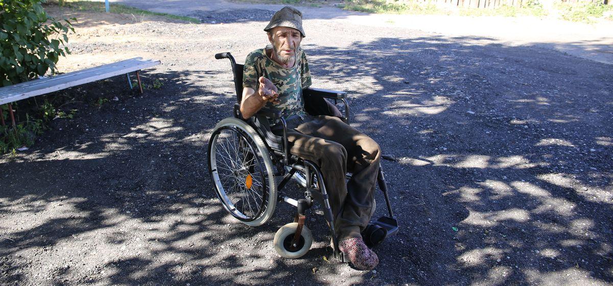 «Раньше у нас хоть какой-то асфальт был». После прокладки труб инвалиды-колясочники не могут проехать по двору в Барановичах