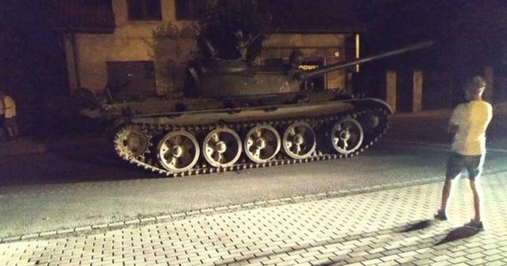 Пьяный мужчина угнал старый советский танк и катался на нем по городу в Польше