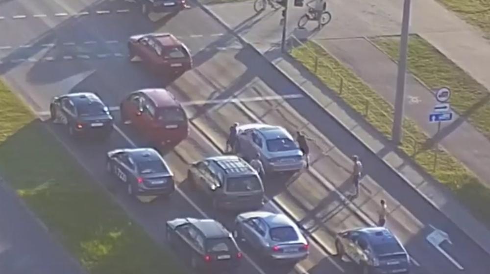 В Бресте водитель такси и четверо его пассажиров напали на автомобиль. Видеофакт
