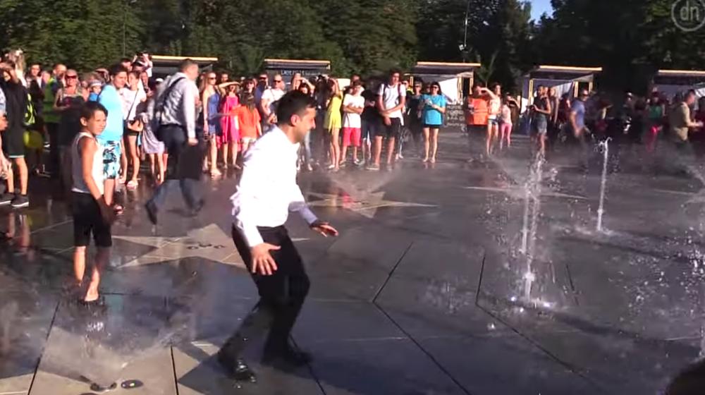 Президент Украины пробежал через фонтан. Видеофакт
