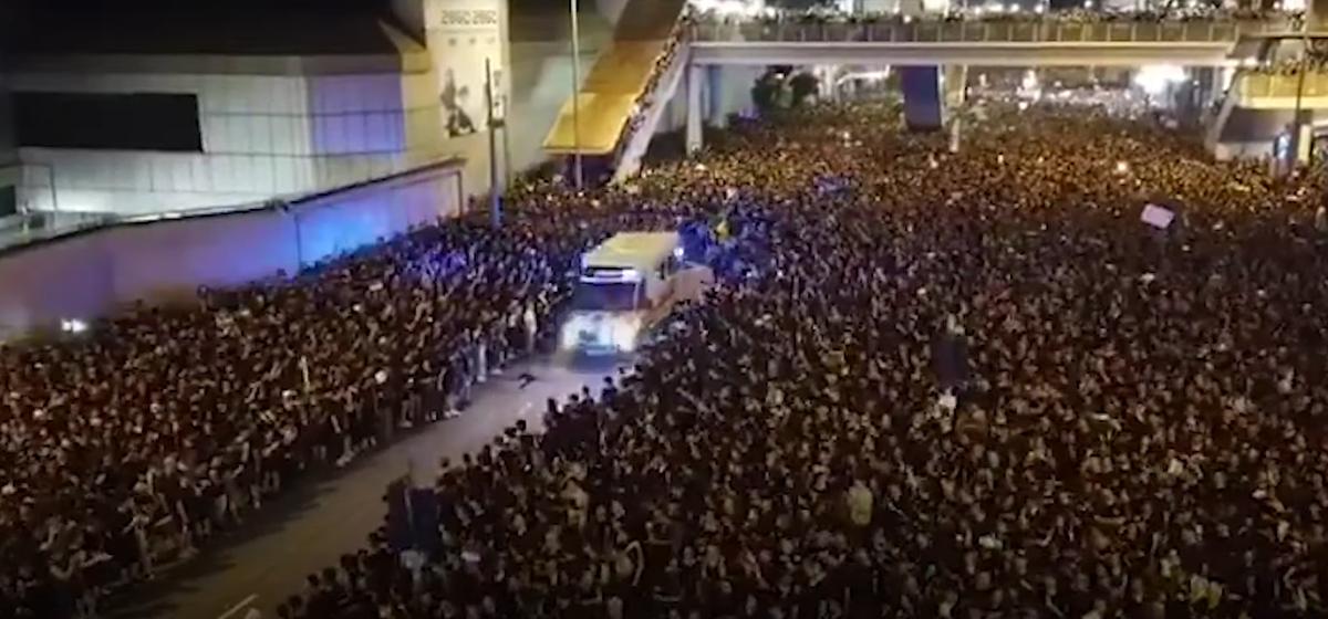 Многотысячная толпа расступается перед скорой. Вежливость протестующих гонконгцев в одном видео