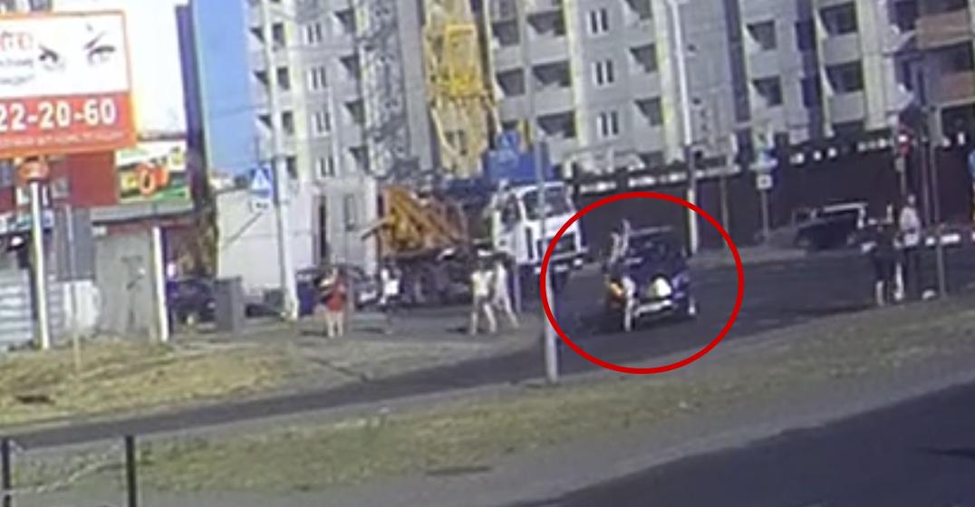 Велосипедист на высокой скорости врезался в Mercedes в Бресте (видеофакт)