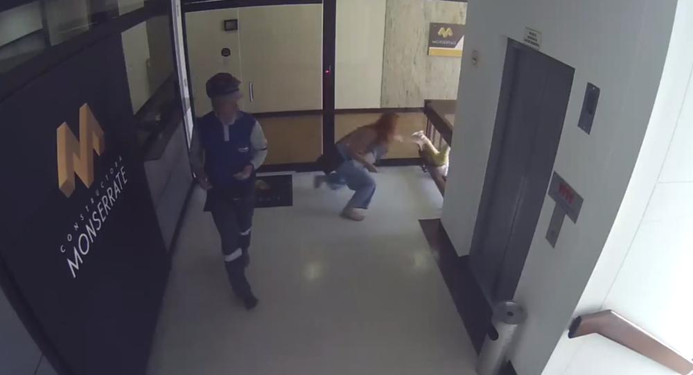 Мама бросилась за ребенком, который упал с четвертого этажа в Колумбии. Видеофакт