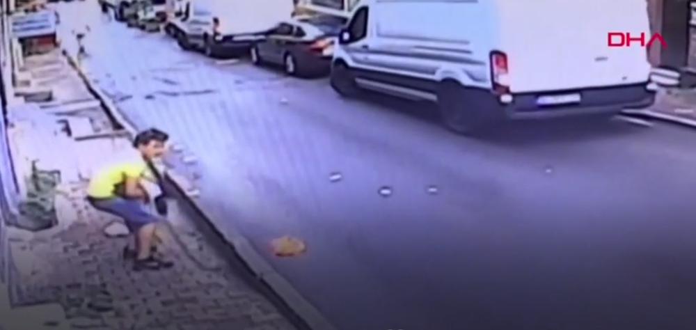 Подросток в Стамбуле поймал выпавшего из окна ребенка. Видеофакт