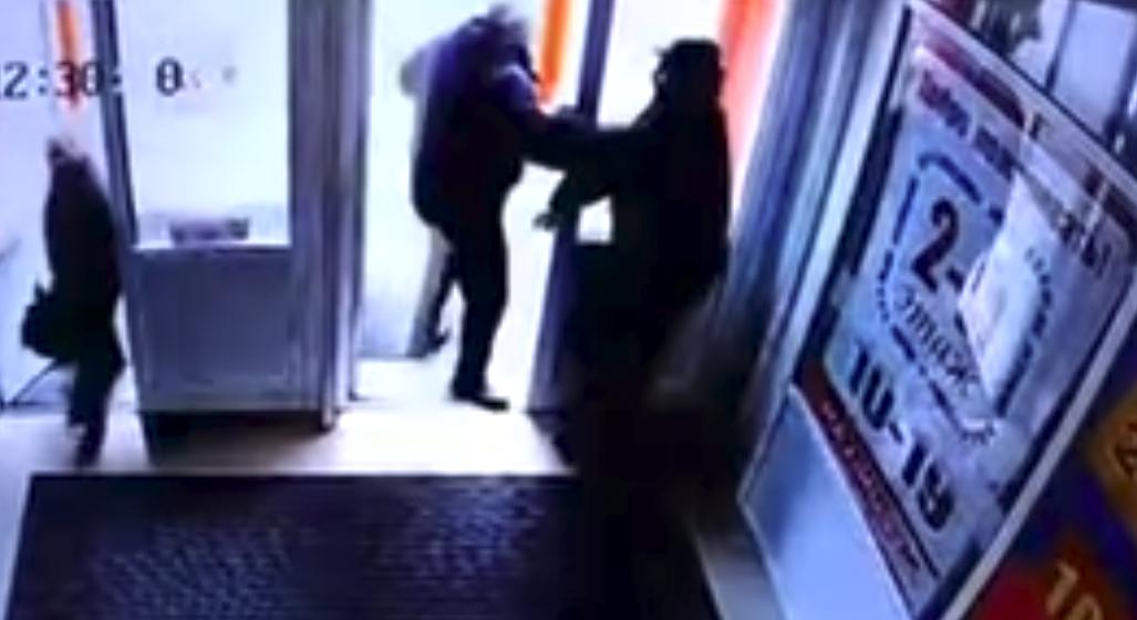 Осудили мужчину, который вытолкнул инвалида из магазина, после чего тот умер