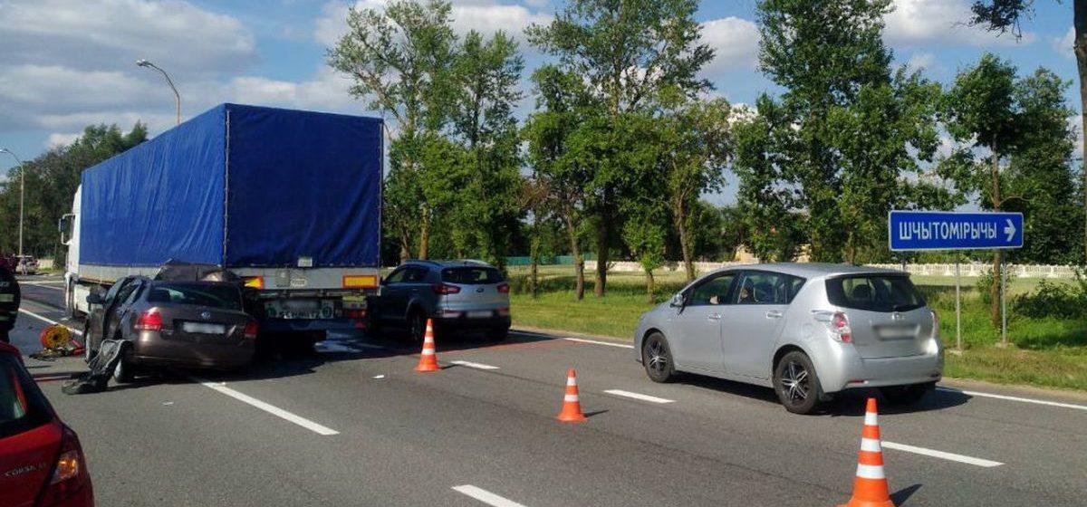 Volkswagen врезался в фуру в Минском районе. Трех детей из легковушки вытащили очевидцы