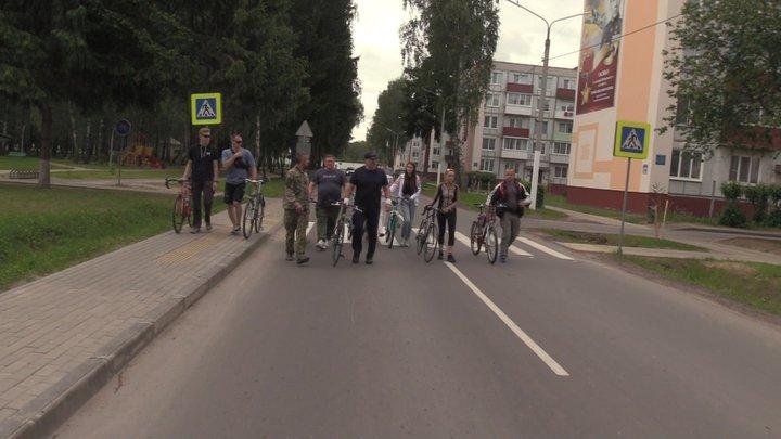 Лукашенко с младшим сыном Николаем на велосипедах прокатились по Болбасово (видео)