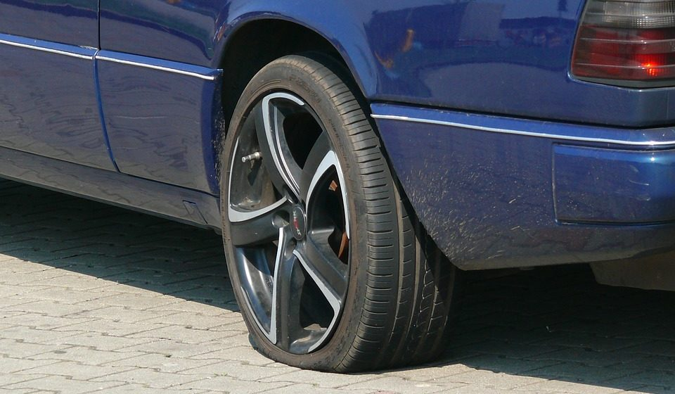 В Барановичах друзья помогли приятелю подкачать колеса, а потом угнали его автомобиль