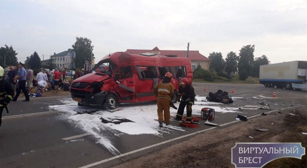 Серьезная авария в Каменецком районе: фура протаранила маршрутку, пострадали почти 20 человек (видео)