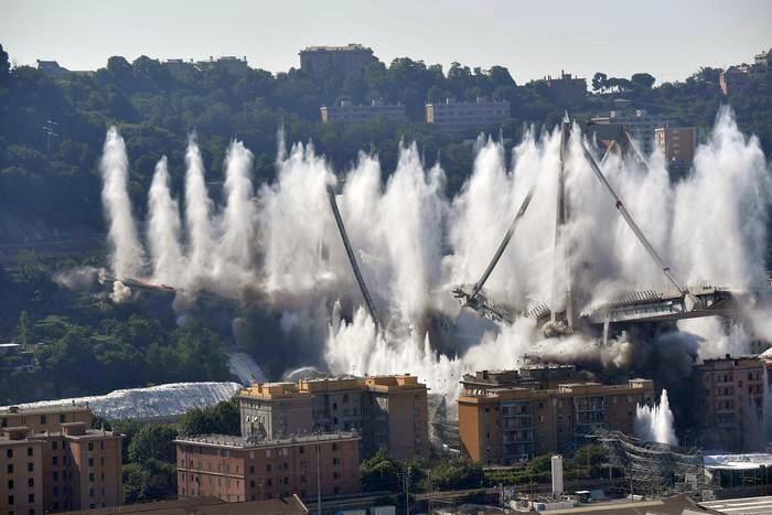В Генуе за шесть секунд снесли «мост убийцу», где год назад погибли 43 человека. Видео