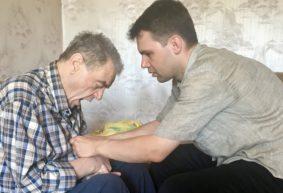 Беда за бедой. Житель Барановичей, ухаживающий за отцом-инвалидом, должен выплатить государству 10,5 тысячи рублей