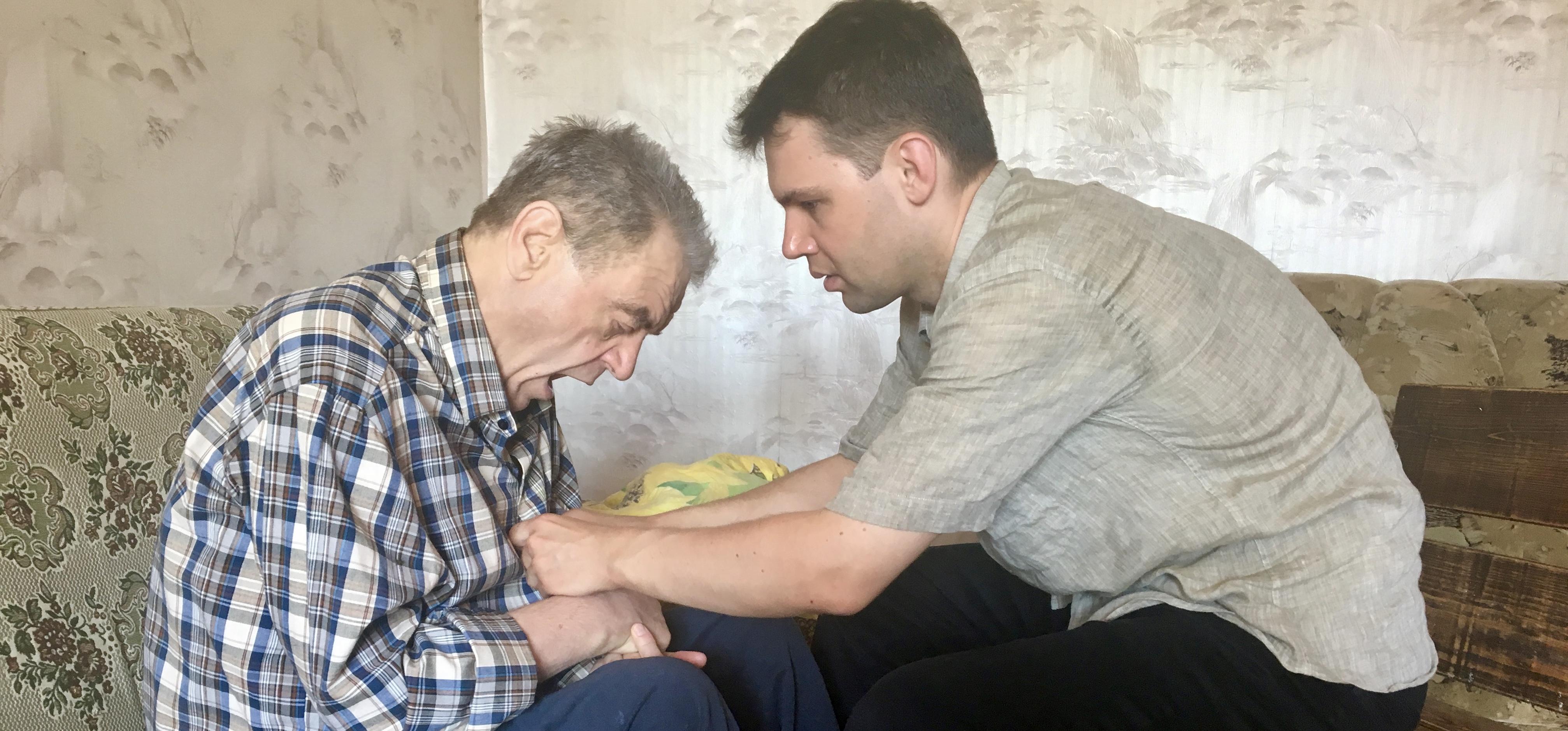 Веслав Соколовский 14 лет ухаживает за больным отцом. Фото: Екатерина БУБЕН