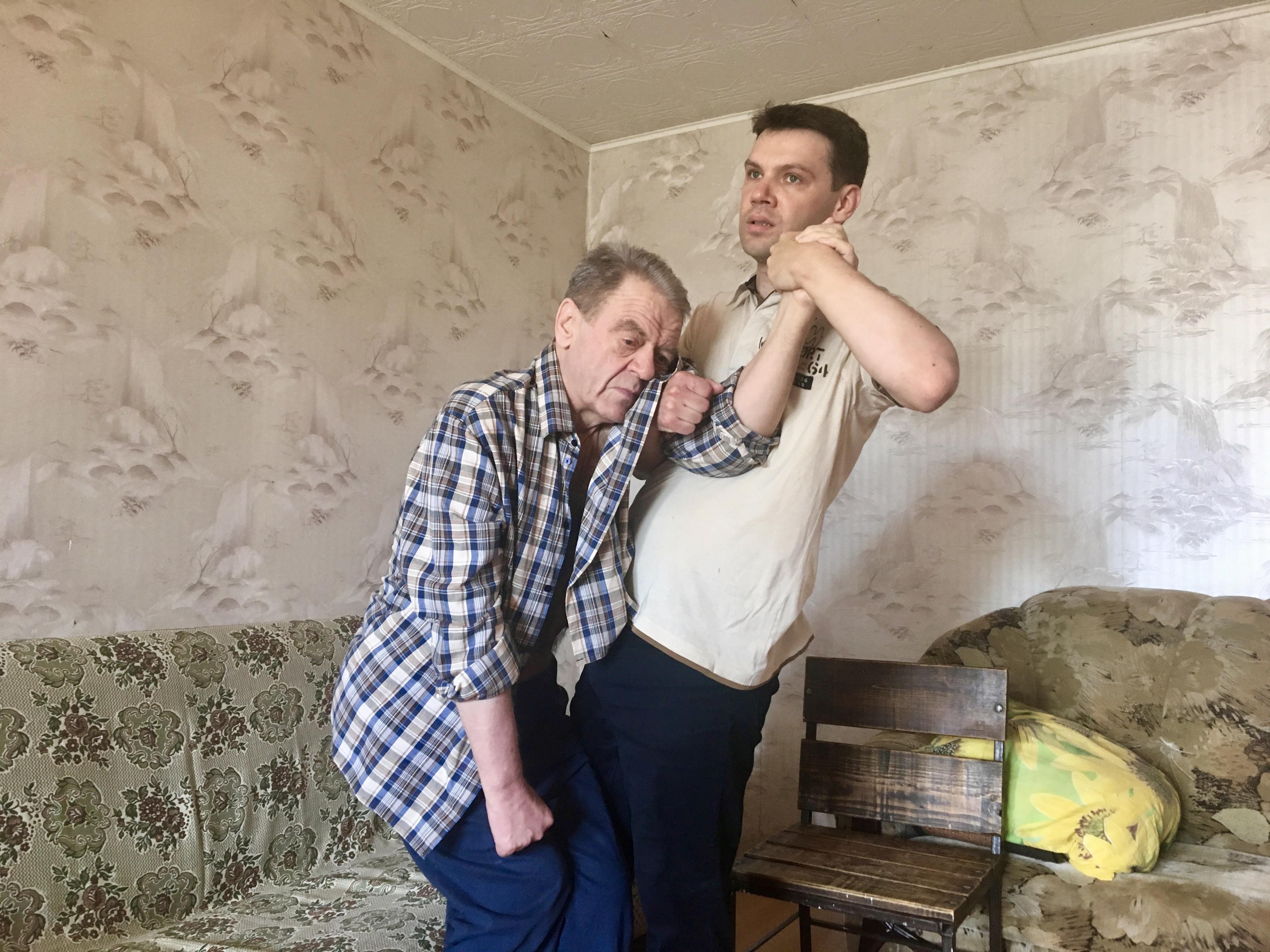 Чтобы тело Тадеуша Казимировича не затекало, сын периодически приподнимает его. Фото: Екатерина БУБЕН