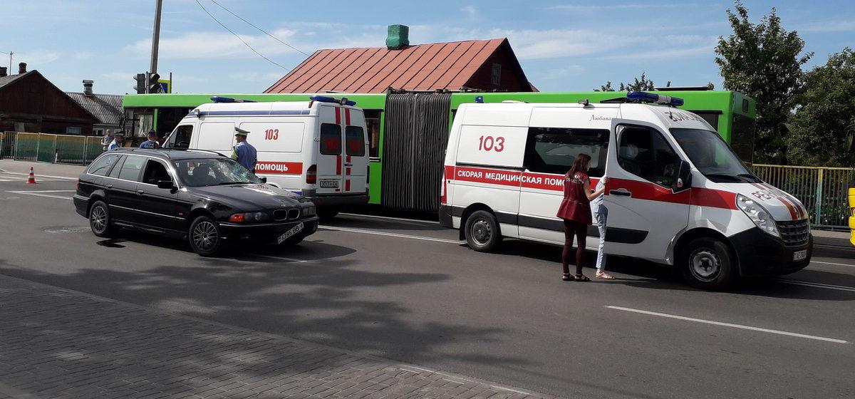 В Барановичах женщина спешила на автобус и попала под машину. Ее увезла скорая