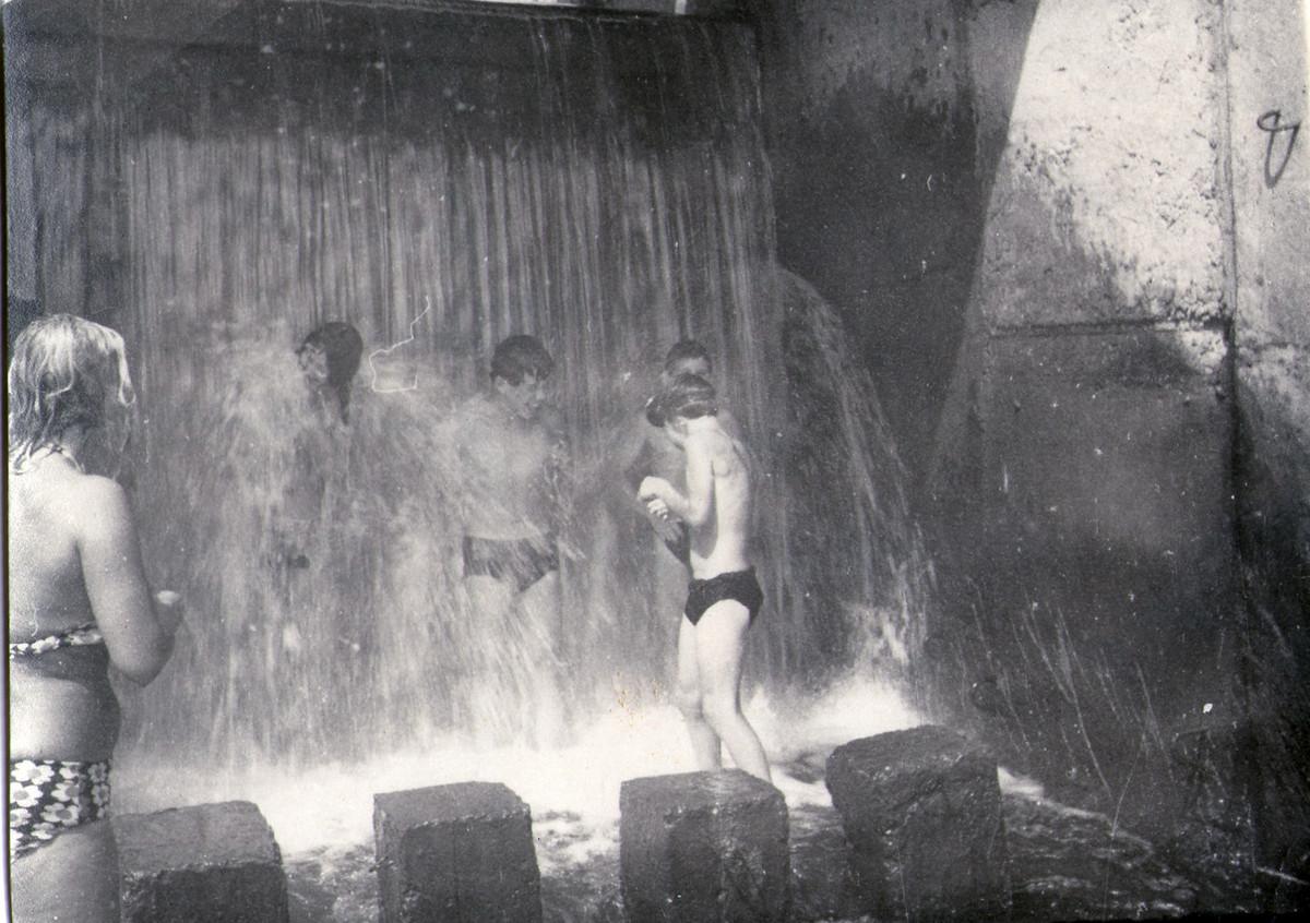Август 1970 года. Дети купаются у шлюзов на Мышанке. Фото из коллекции Руслана РЕВЯКО