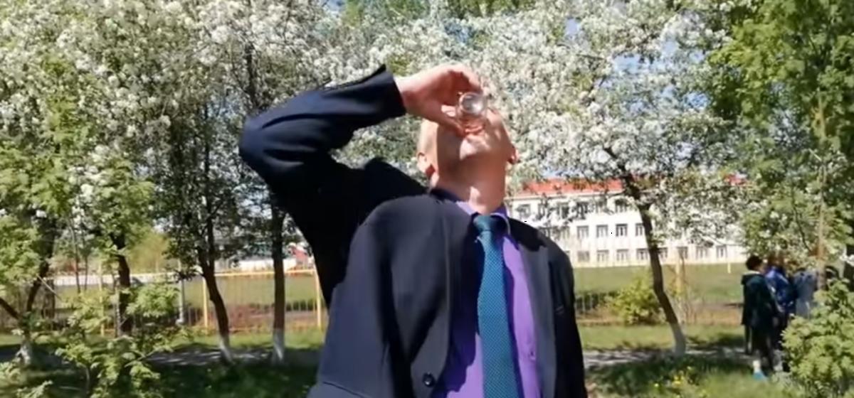 Стакан воды с червяком выпил российский чиновник, чтобы успокоить недовольных жителей Кузбасса. Видеофакт