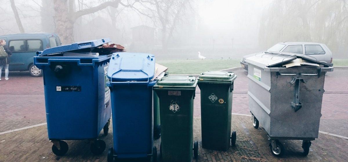 Жильцам частного сектора в Барановичах бесплатно выдают однотипные мусорные контейнеры. Где и как их можно получить