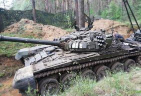 Как ремонтируют танки на полигоне под Барановичами