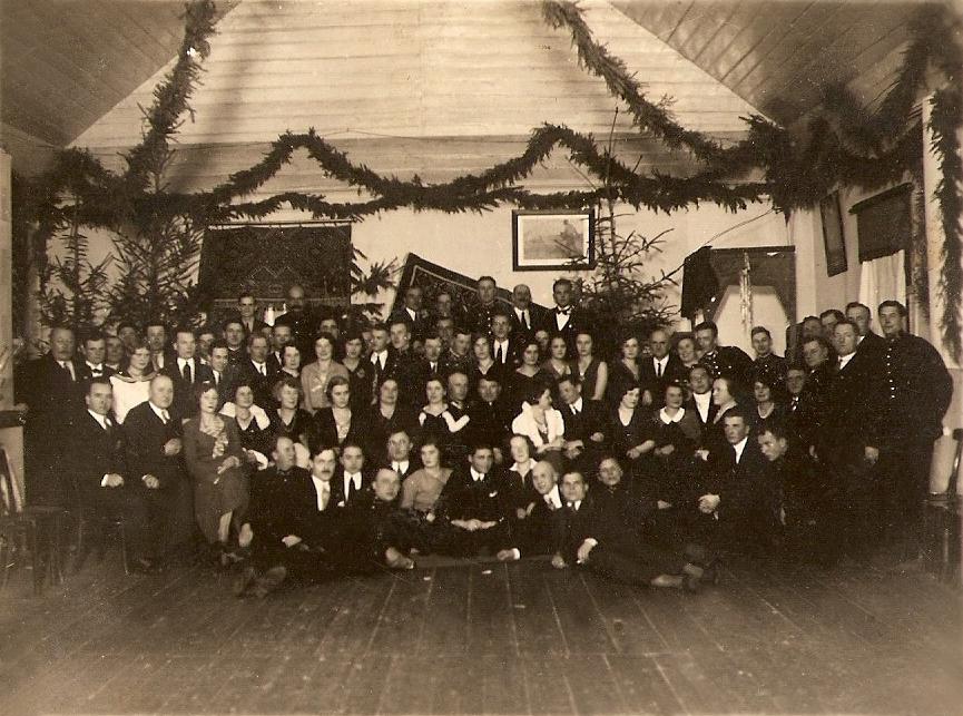 Работники железной дороги с семьями в клубе железнодорожников в Барановичах. Фото: архив Людвика ЖУКА