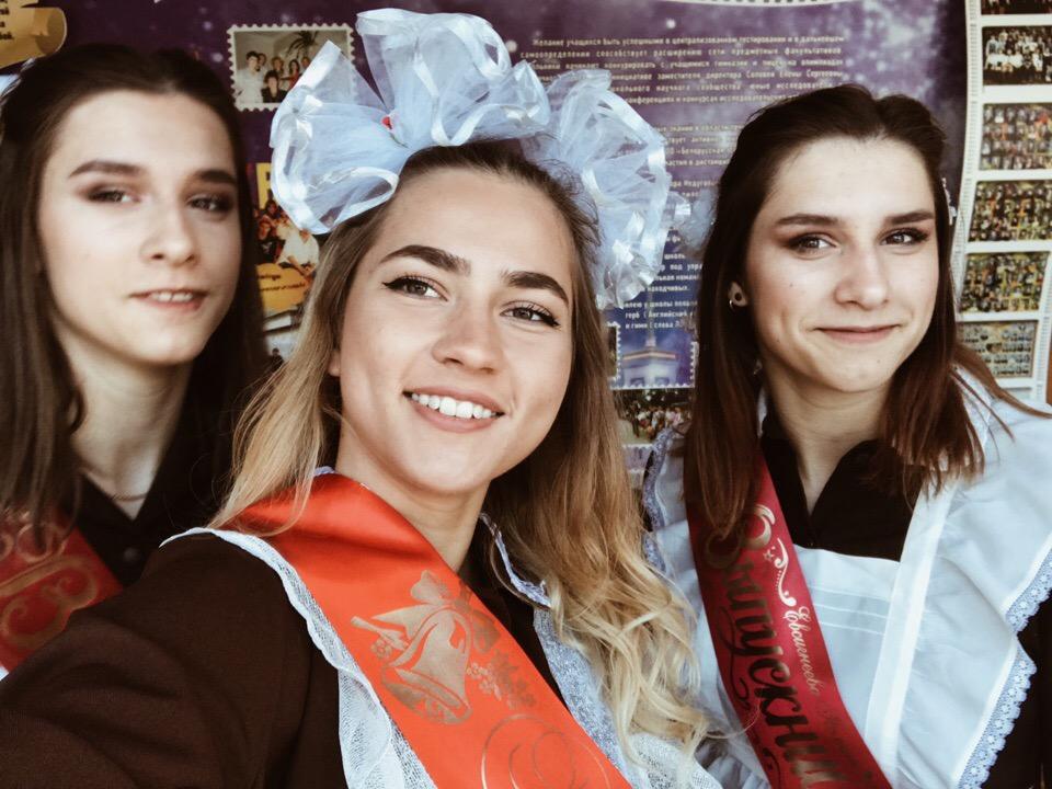 Валерия Волынец с подругами в 11-м классе. Фото: личный архив