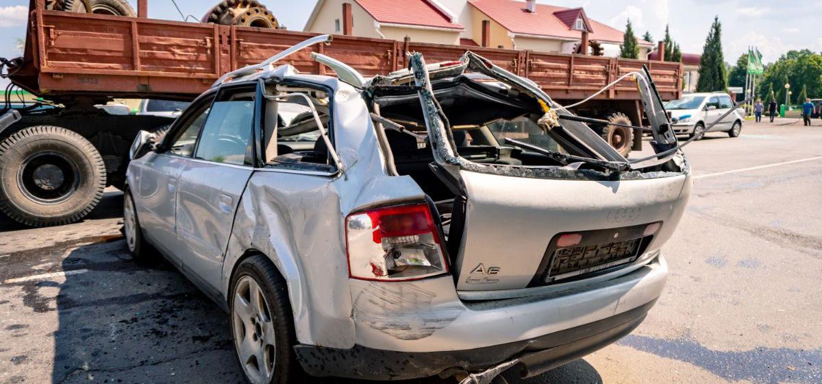 Лесовоз манипулятором повредил пять легковушек в Светлогорске. Одной машине практически срезало крышу