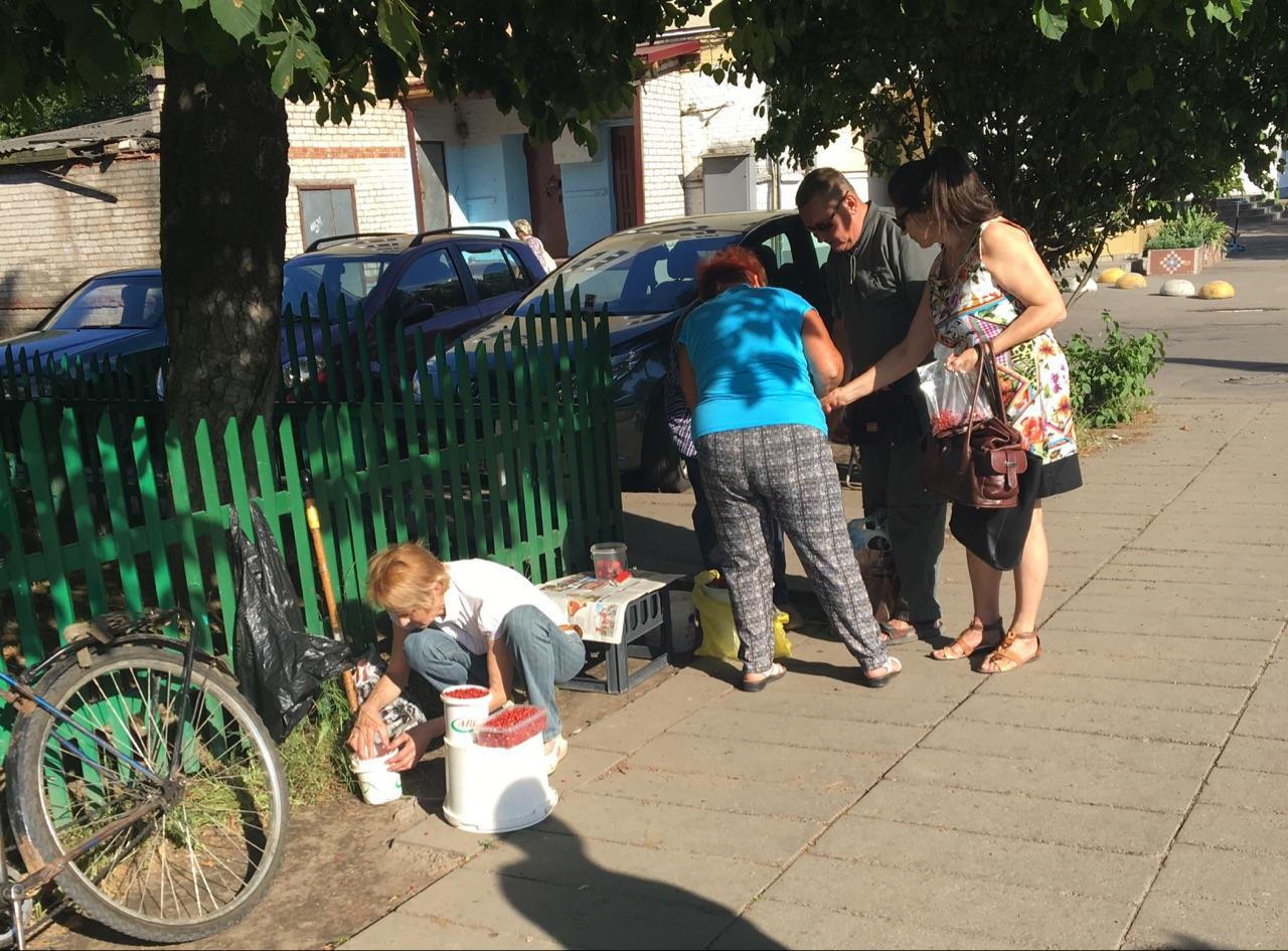 Торговцы, которым не хватило места за прилавком на улице Кирова, продают ягоды  на тротуаре.    Фото: Екатерина БУБЕН