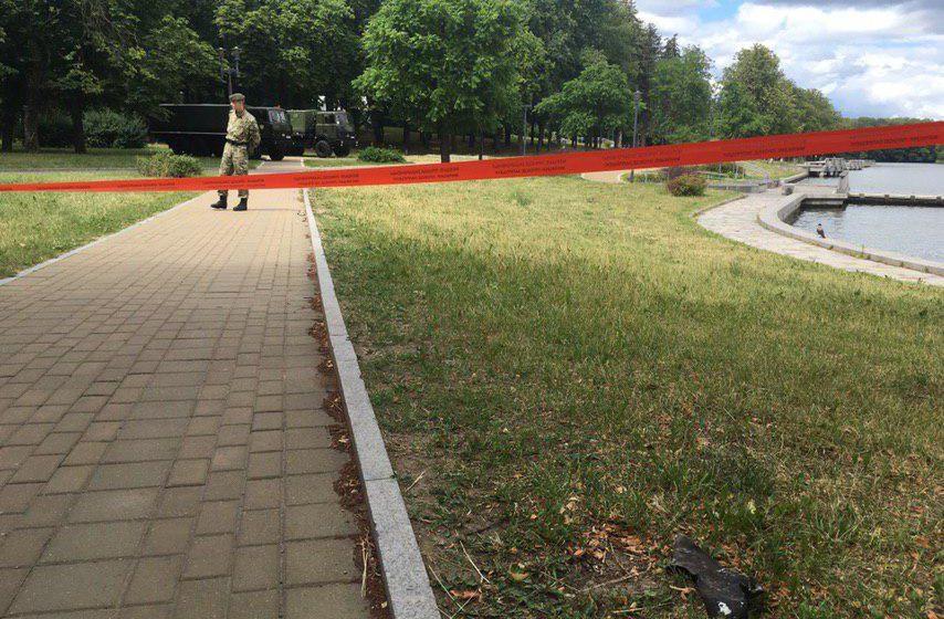 Осколки весом в килограмм и цветы на месте гибели женщины во время салюта в Минске. Фотофакт