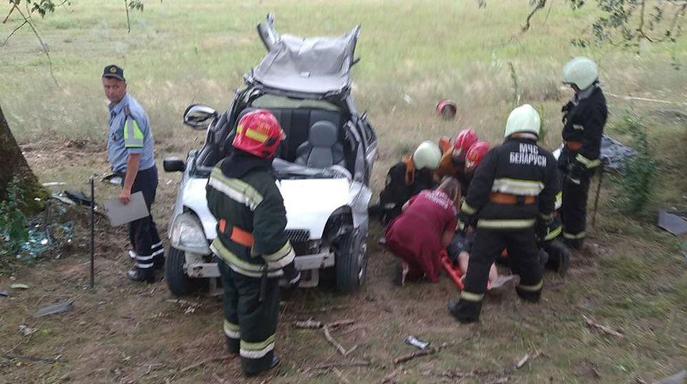 Легковушка, в которой ехали 7 подростков, слетела с дороги и врезалась в дерево под Слонимом
