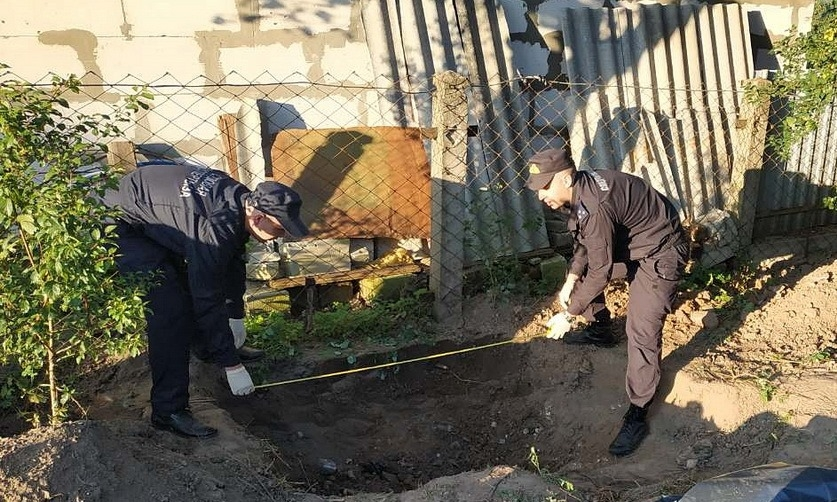 Тело пропавшего два года назад мужчины нашли закопанным во дворе дома в Слониме