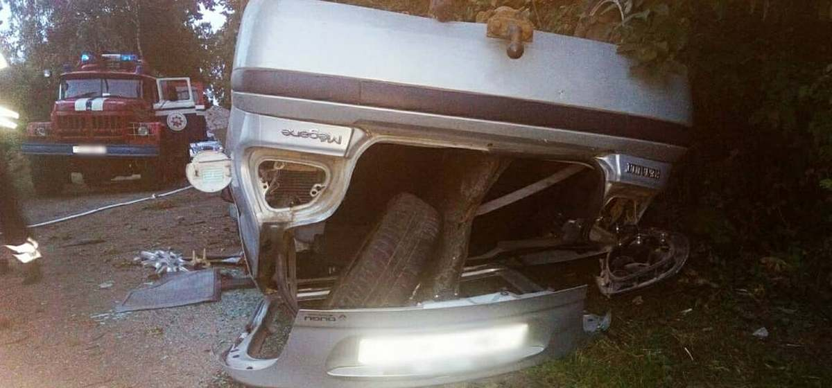 ДТП в Барановичском районе: авто врезалось в столб, потом в дерево. Пострадавшие вылетели через лобовое стекло