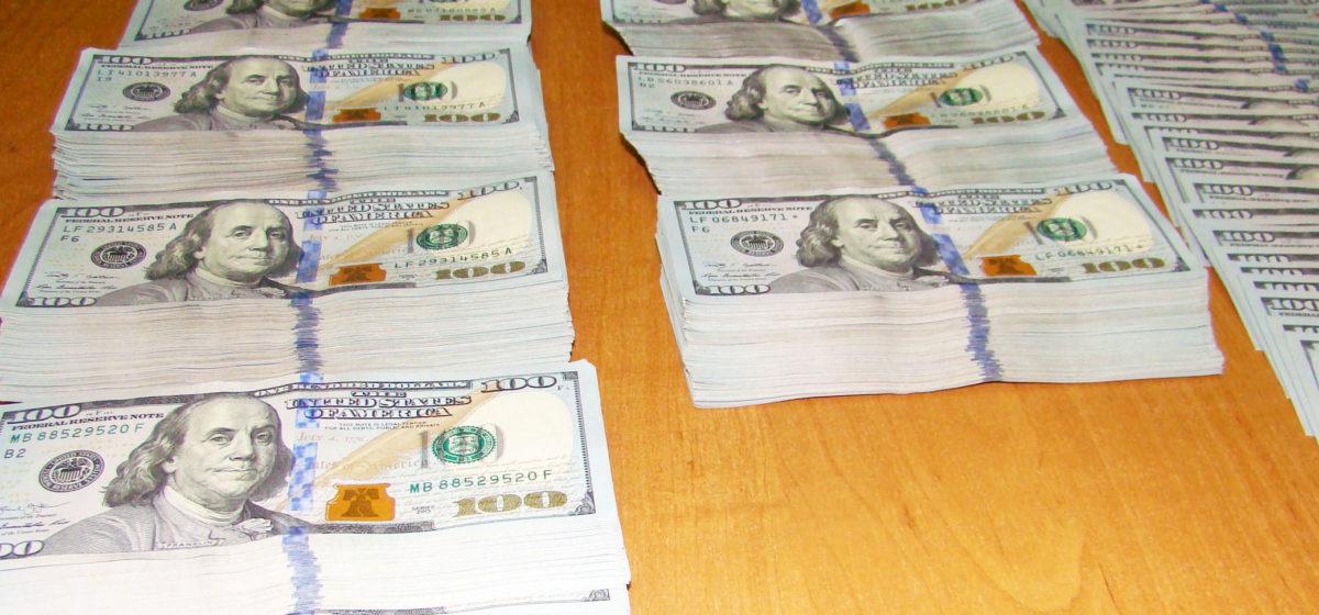 Водитель фуры пытался провезти через белорусскую границу 100 тысяч долларов