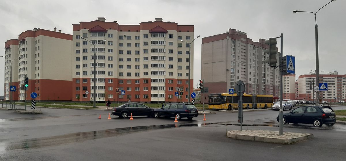 Две легковушки столкнулись на перекрестке в Барановичах. Фотофакт