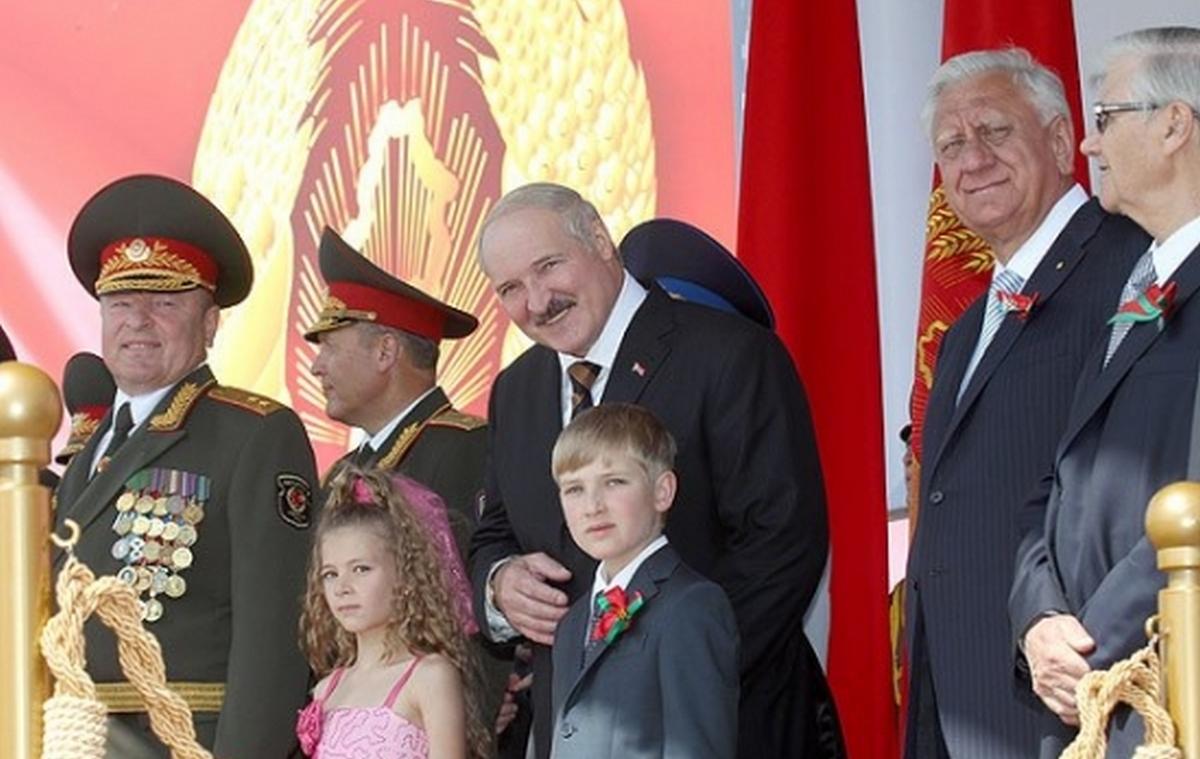 2012 год. Александр и Николай Лукашенко во время парада на День Независимости. Фото: belta.by