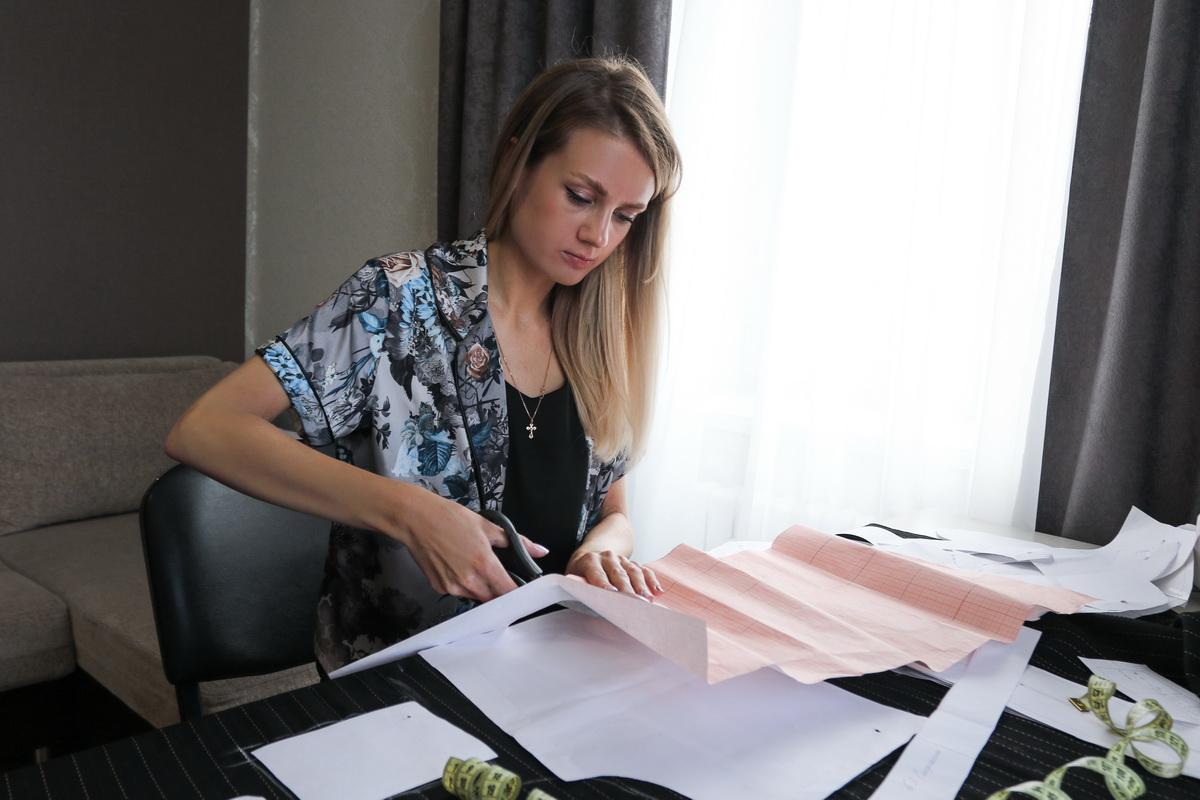 Анастасия Литвинович год назад оформила ИП и начала создавать эксклюзивные вещи.   Фото: Александр ЧЕРНЫЙ