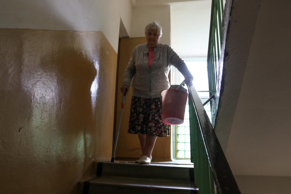 Александра Антоновна Гурин теперь вынуждена выносить ведро с мусором к контейнерам у дома №16.  Фото: Александр ЧЕРНЫЙ