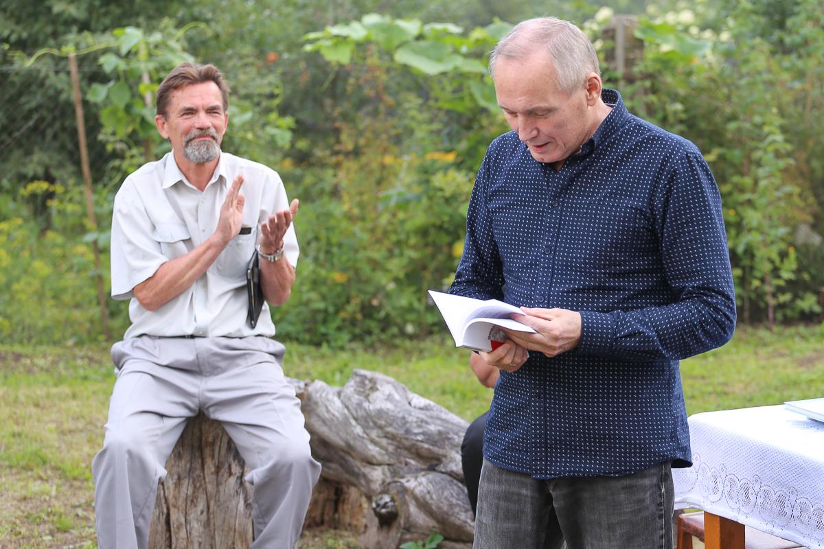 Владимир Некляев читает стихи о Барановичах. Фото: Александр ЧЕРНЫЙ