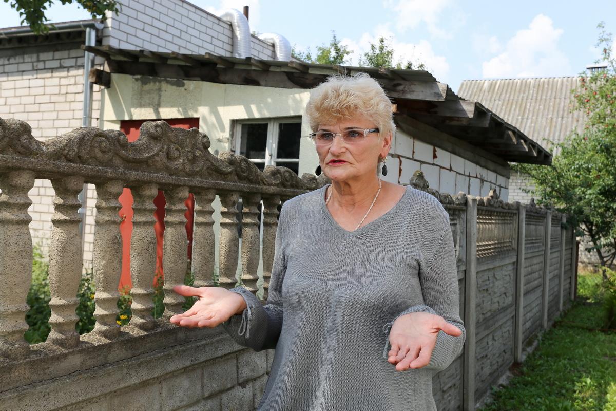 Валентина Данилян не понимает, почему ее соседу представители контролирующих органов верят, а ей – нет. Фото: Александр ЧЕРНЫЙ