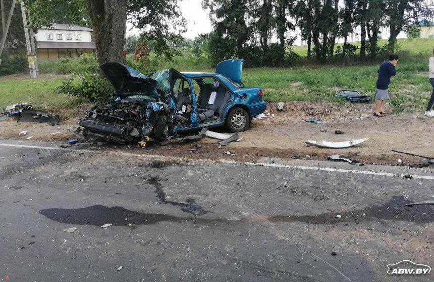Легковушка после аварии превратилась в груду металлолома под Заславлем. Фотофакт